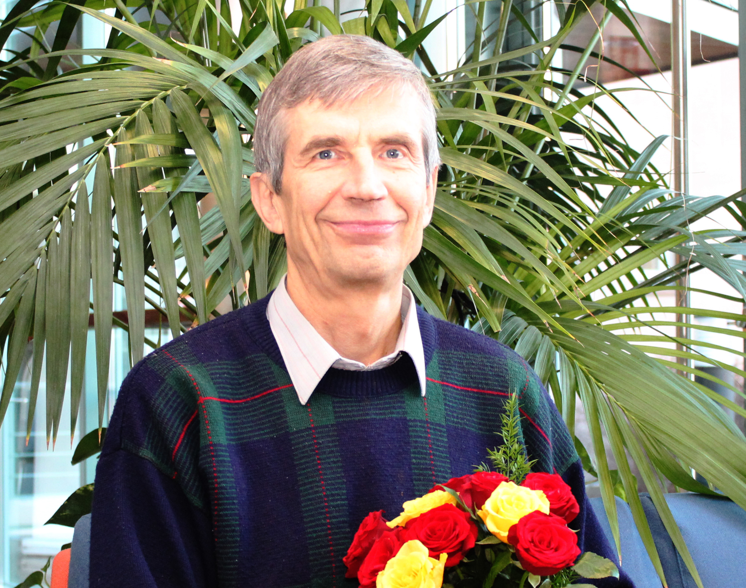Erikoissuunnittelija Jukka Rajala vastaanotti onnittelut Hyvän Sadon tutkimuskisan vuoden 2014 voitosta tutkimusryhmän kokouksessa. Kuva: Heli Peltola.