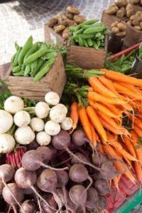 Vihanneksia toripöydällä.